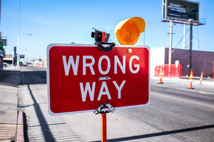 A traffic sign pointing at the native advertising mistakes